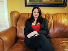 Amateur Mom Kylie masturbates on casting couch