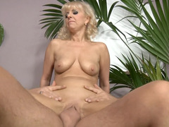 Mature bitch demonstrates that she doesn't needs breaks in sex