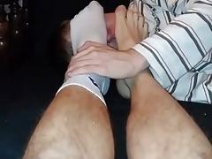 Rapaz novinho Lambendo meias e pes do irmao
