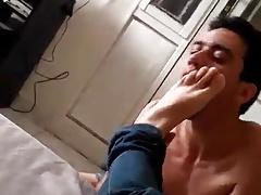 Rapaz lambendo os pes do amigo