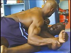 Morenos Luchando y Masturbandose