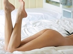 Chambre à dormir, Brunette brune, En gros plan de très près, Mignonne, Européenne, Innocente, Rasée, Se déshabiller