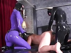 2 latex fetish girls fucking dude with strapon in threesome