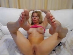 Sexually available mom CAM FEET IN FACE - NO SOUND