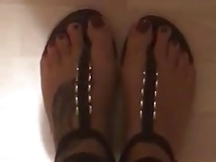 Milf Isabel presenting her sexy toes in a selfmade Video 2
