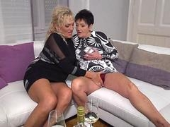 Grown-up lesbians Karina and Malinde eating eachothers pussy