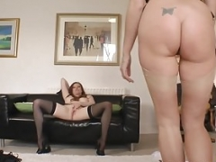 Queened les sexually available mom rubbing love button with readhead