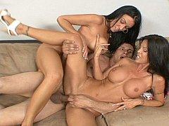 Gros seins, Brunette brune, Tir de sperme, Faciale, 2 femmes 1 homme, Groupe, Mère que j'aimerais baiser, Plan cul à trois