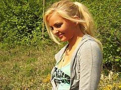 Amateur, Blonde, Naturelle, Seins naturels, De plein air, Se déshabiller, Allumeuse, Adolescente