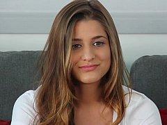 18 ans, Brunette brune, Naturelle, Seins naturels, Culottes ou slips, Solo, Se déshabiller, Allumeuse