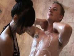 Inked asiatic masseuse wanks soggy purple pole in bath