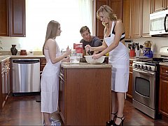 アメリカ人, 彼氏, 娘, キッチン, 母, 義母, 三人