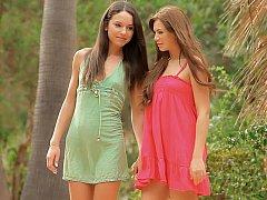 18 ans, Brunette brune, Mignonne, Robe, Lesbienne, Rasée, Maigrichonne, Adolescente