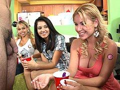 Sucer une bite, Homme nu et filles habillées, Mignonne, Fête, Adolescente