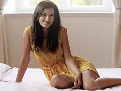 18 ans, Brunette brune, Mignonne, Européenne, Innocente, Chatte, Se déshabiller, Adolescente