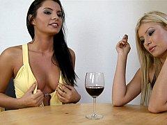 Смазливые, Платье, Европейки, Две девушки, Группа, Курящие, Высокие, Втроем