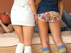 18 ans, Brunette brune, 2 femmes 1 homme, Groupe, Culottes ou slips, Élève, Maigrichonne, Adolescente