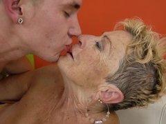 Grote mammen, Blond, Pijpbeurt, Sperma shot, Omie, Rijpe lesbienne