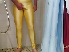 In meine Gelbe Lycra Legging gepinkelt und gespritzt
