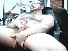 Husky mature jacker pulls a nice stout piece of cock meat