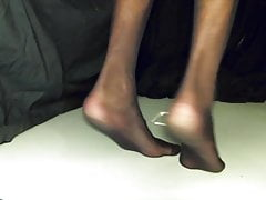 Piss a bit in my black pantyhose and play with feet