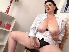 curvy housewife Alenia playing with herself