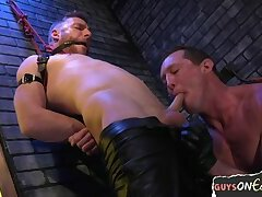 Suspended slave edged during tugging
